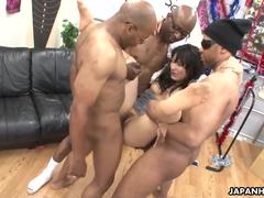 Três negro comendo uma japinha
