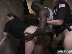 Negro dotado comendo a policial safada