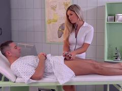 Enfermeira tarada engolindo a piroca do paciente