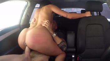 Sexo no carro com a prostituta rabuda quicando forte