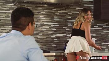 Coroa gostosa de minissaia na cozinha sendo fodida pelo marido