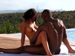 Negro fodendo com a namorada na beira da piscina