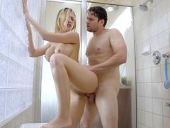 Fodendo com a amiga na hora do banho