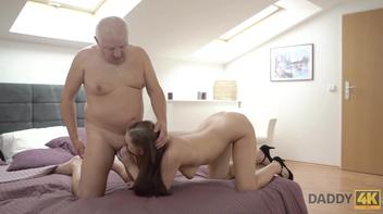 Novinha safada dando pro avô da amiga