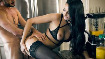 Morena bem delicia de lingerie sendo fodida na boceta
