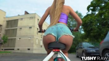 Rabetão de loirona da bike tomando com força na xoxota