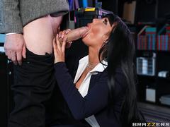 Professora safadona caindo de boca no caralho duro do aluno