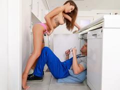 Dona de casa fazendo sexo com encanador