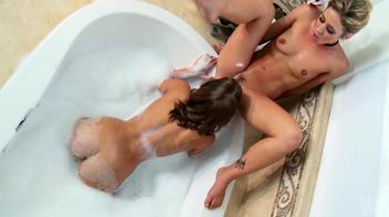 Sexo lesbico com a tia na banheira