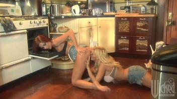 Chupando a boceta da amiga na cozinha