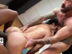 Gay safadinho sendo arrombado por dois dotados