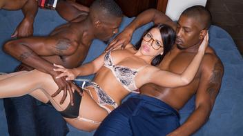 Atriz pornô com dois marmanjos do pau grossão