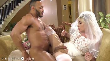 Noiva trans seduzindo um rapaz