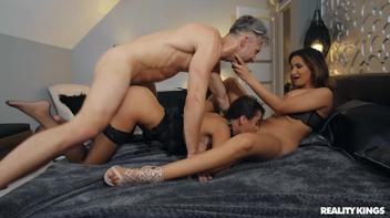 Swing porno dotado comendo a esposa e a amiga dela