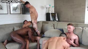 Orgia entre homens musculosos