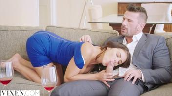 Secretária seduzindo patrão no boquete